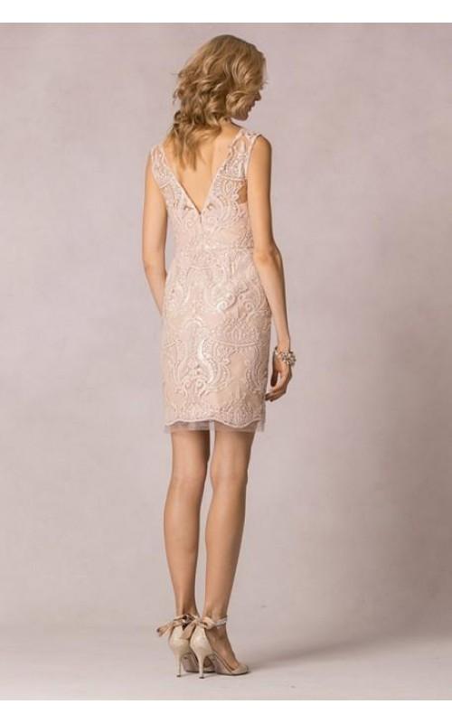 Платье прямое с шитьем и паетками